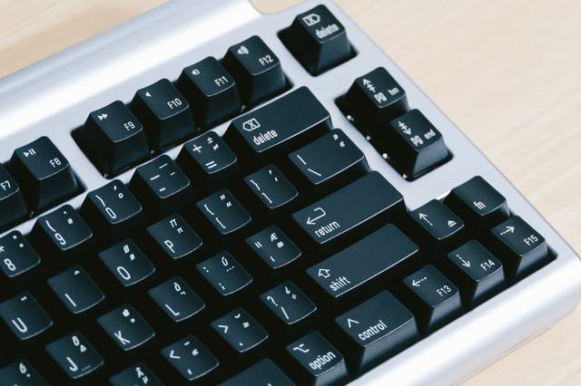 キースイッチが黒いキーボードの写真