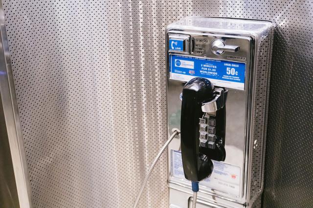 海外の公衆電話(空港)の写真