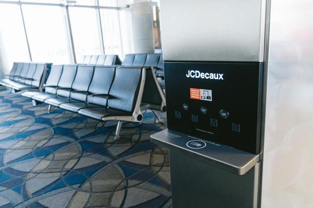 空港にあるモバイル機器充電スペースの写真