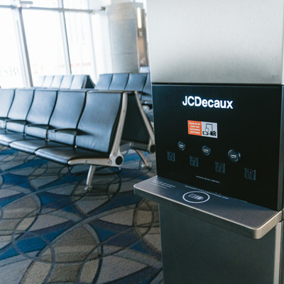 「空港にあるモバイル機器充電スペース」の写真素材