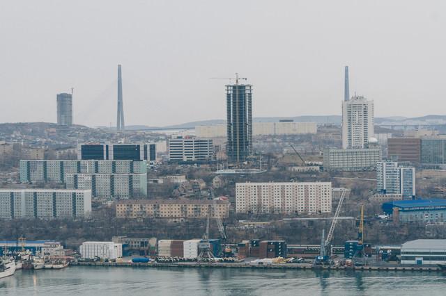 ウラジオストクの港と建設中の建物の写真