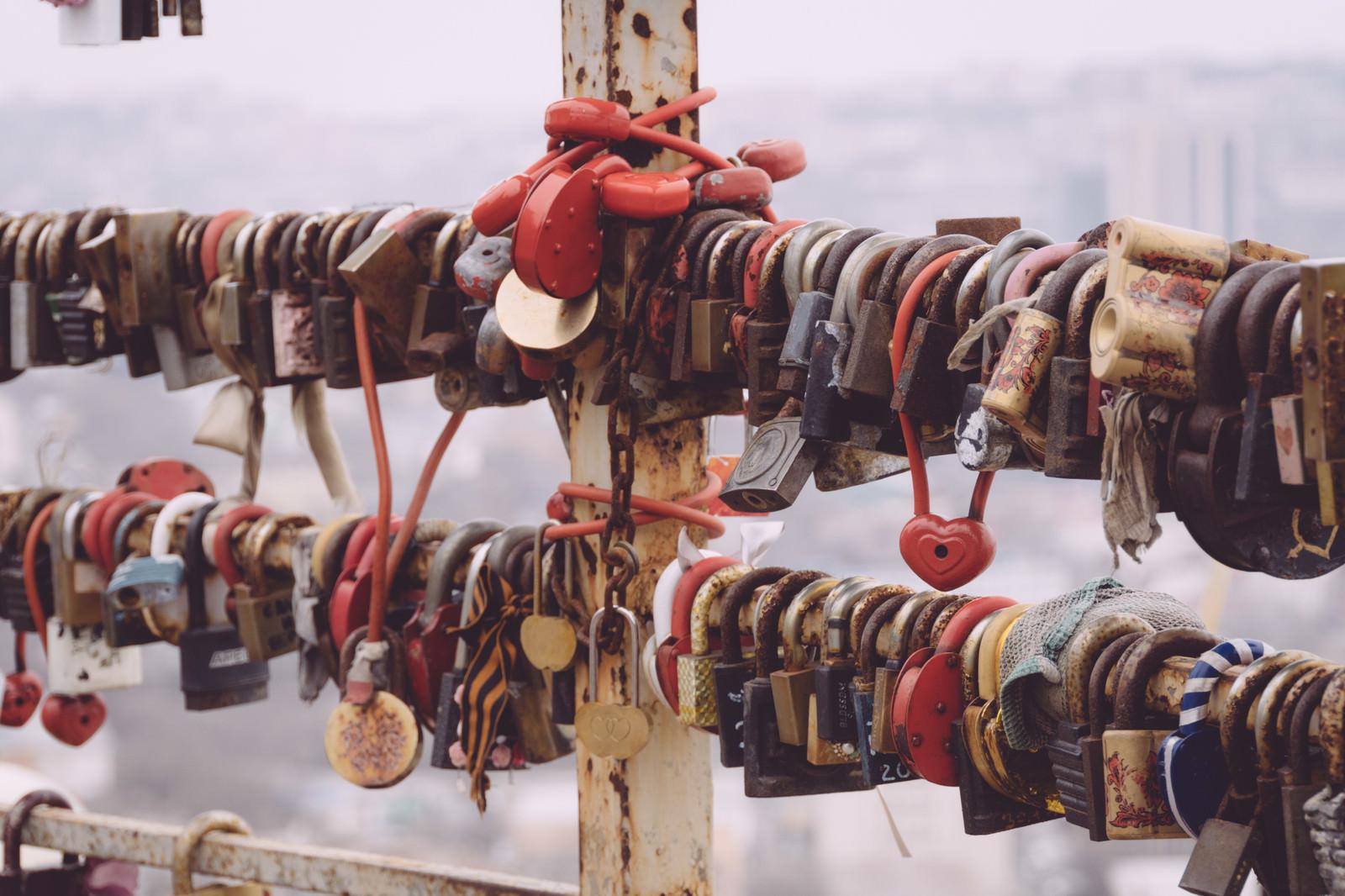 「手すりに大量の南京錠」の写真