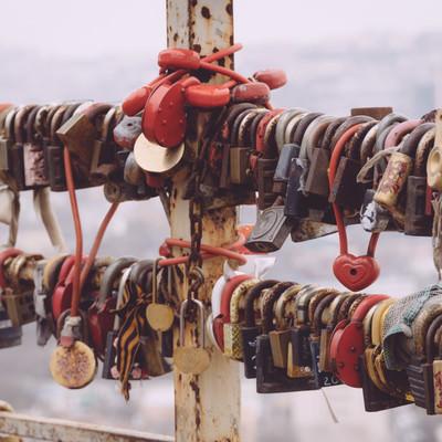 「手すりに大量の南京錠」の写真素材