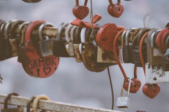 「取り付けるスキマもない観光地の南京錠(海外)」のフリー写真素材