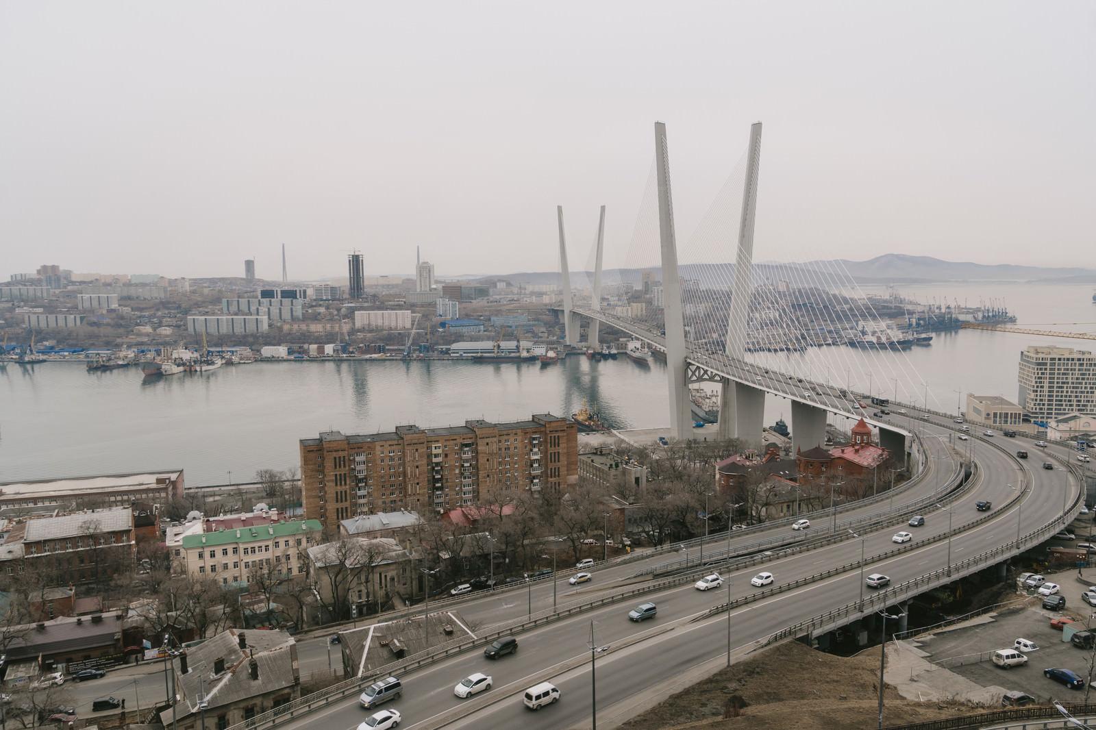 「ウラジオストックの金角湾にかかる橋」の写真