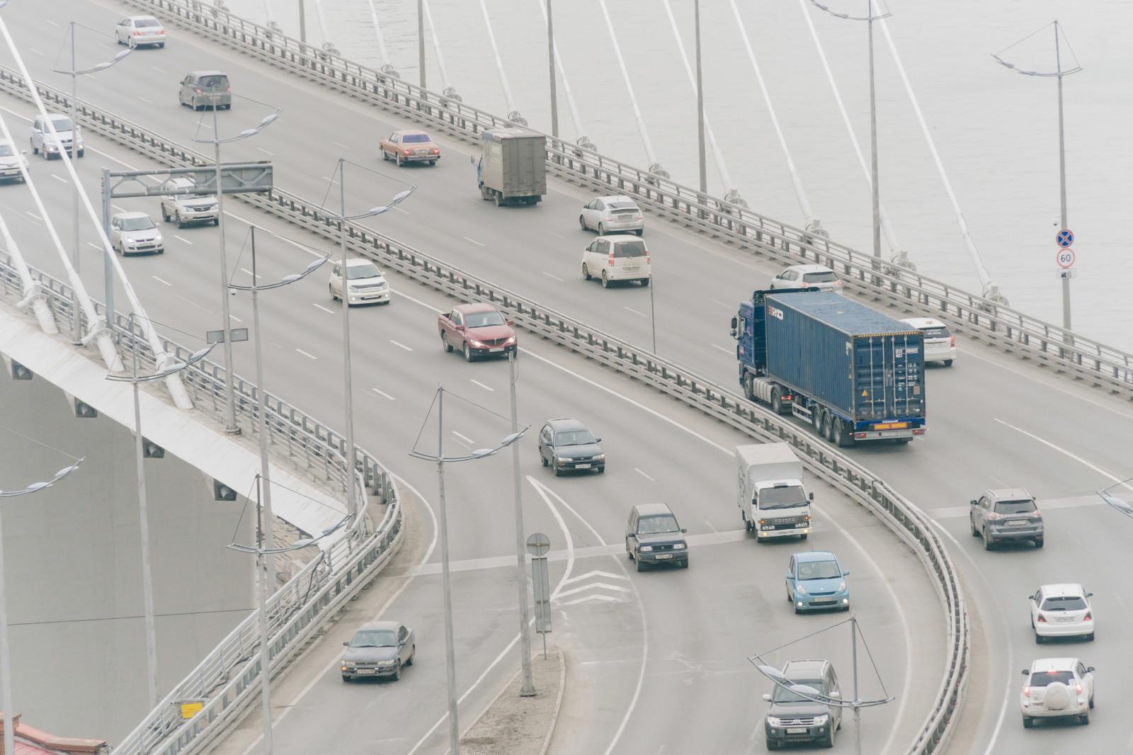 「橋の上を走行する車(ロシア)」の写真