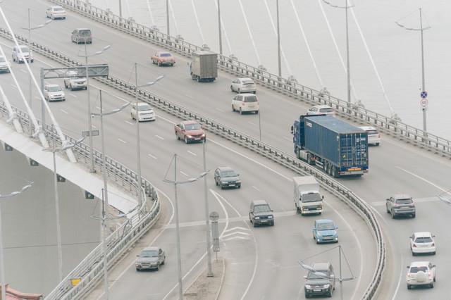 橋の上を走行する車(ロシア)の写真