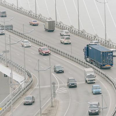 「橋の上を走行する車(ロシア)」の写真素材