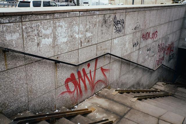 落書きが多い不気味な地下への階段の写真