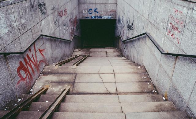 「不気味な地下への入口(ロシア)」のフリー写真素材