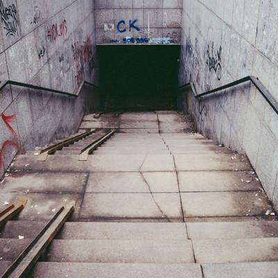 「不気味な地下への入口(ロシア)」の写真素材