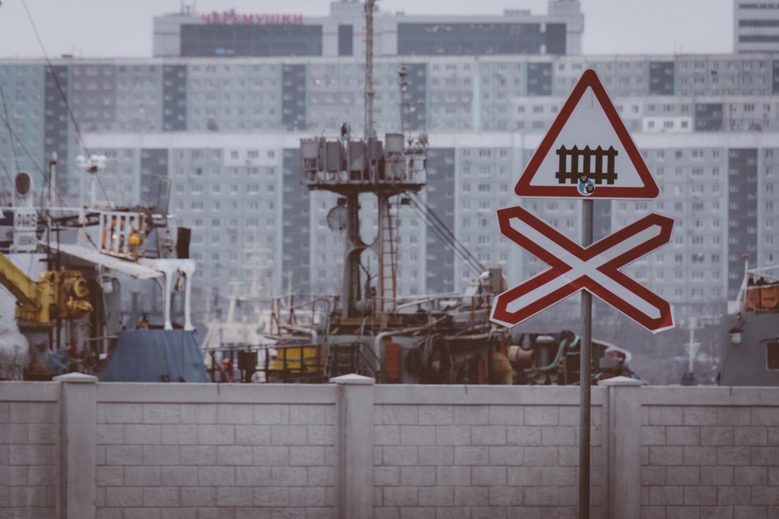 「ここから踏切危険マーク(ロシア)」の写真