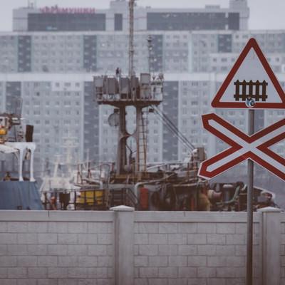 「ここから踏切危険マーク(ロシア)」の写真素材