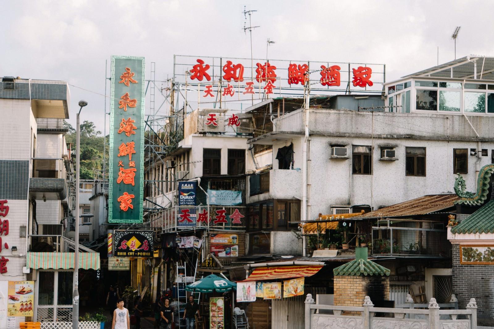 「香港らしい看板と街並み」の写真