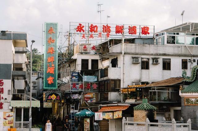 香港らしい看板と街並みの写真