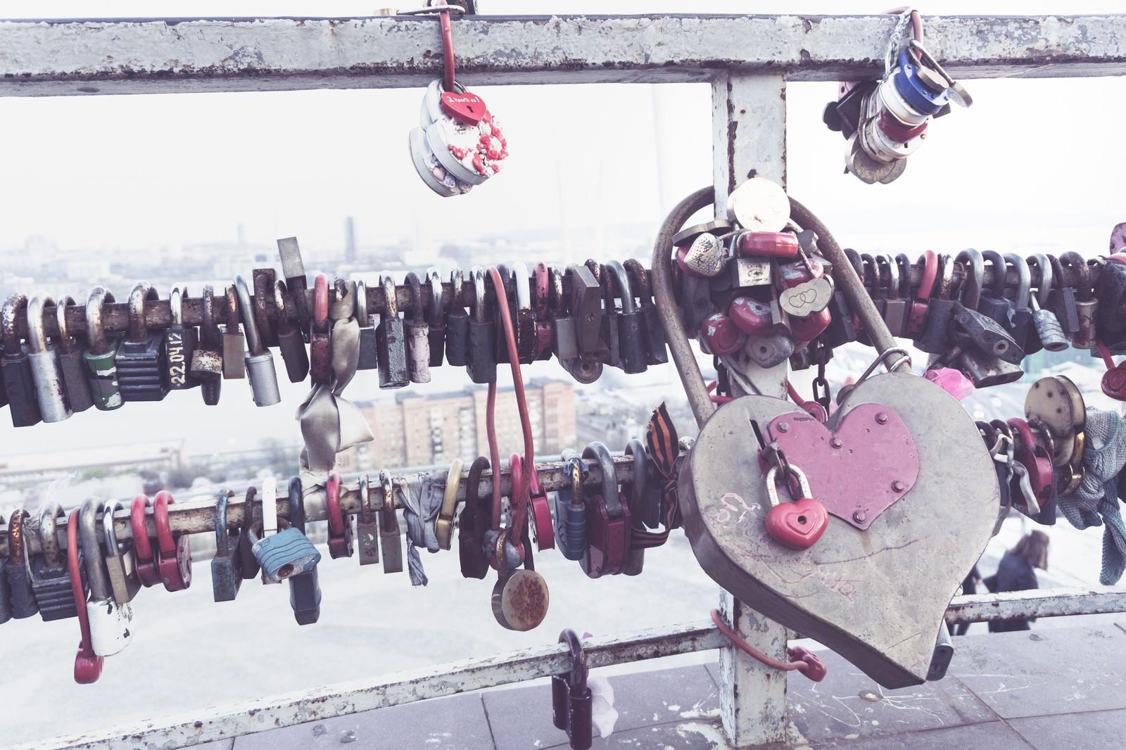 「手すり取り付けられたハートの南京錠」の写真