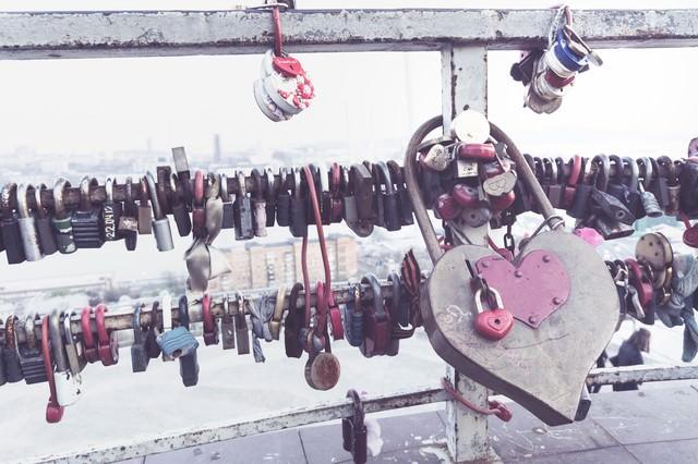 手すり取り付けられたハートの南京錠の写真