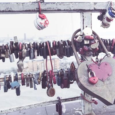 「手すり取り付けられたハートの南京錠」の写真素材