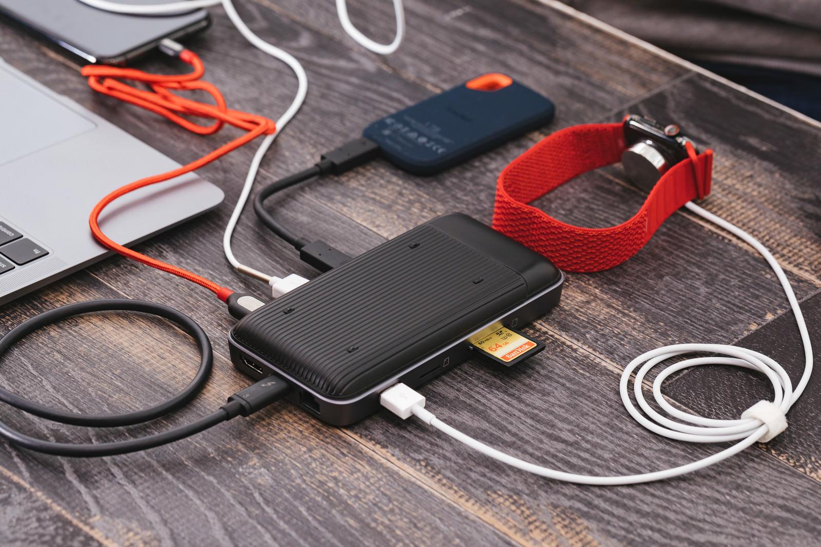 「SDカードを挿したり充電もできるUSB-Cハブ」の写真