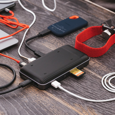 SDカードを挿したり充電もできるUSB-Cハブの写真