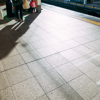 「電車を待つ」の写真素材