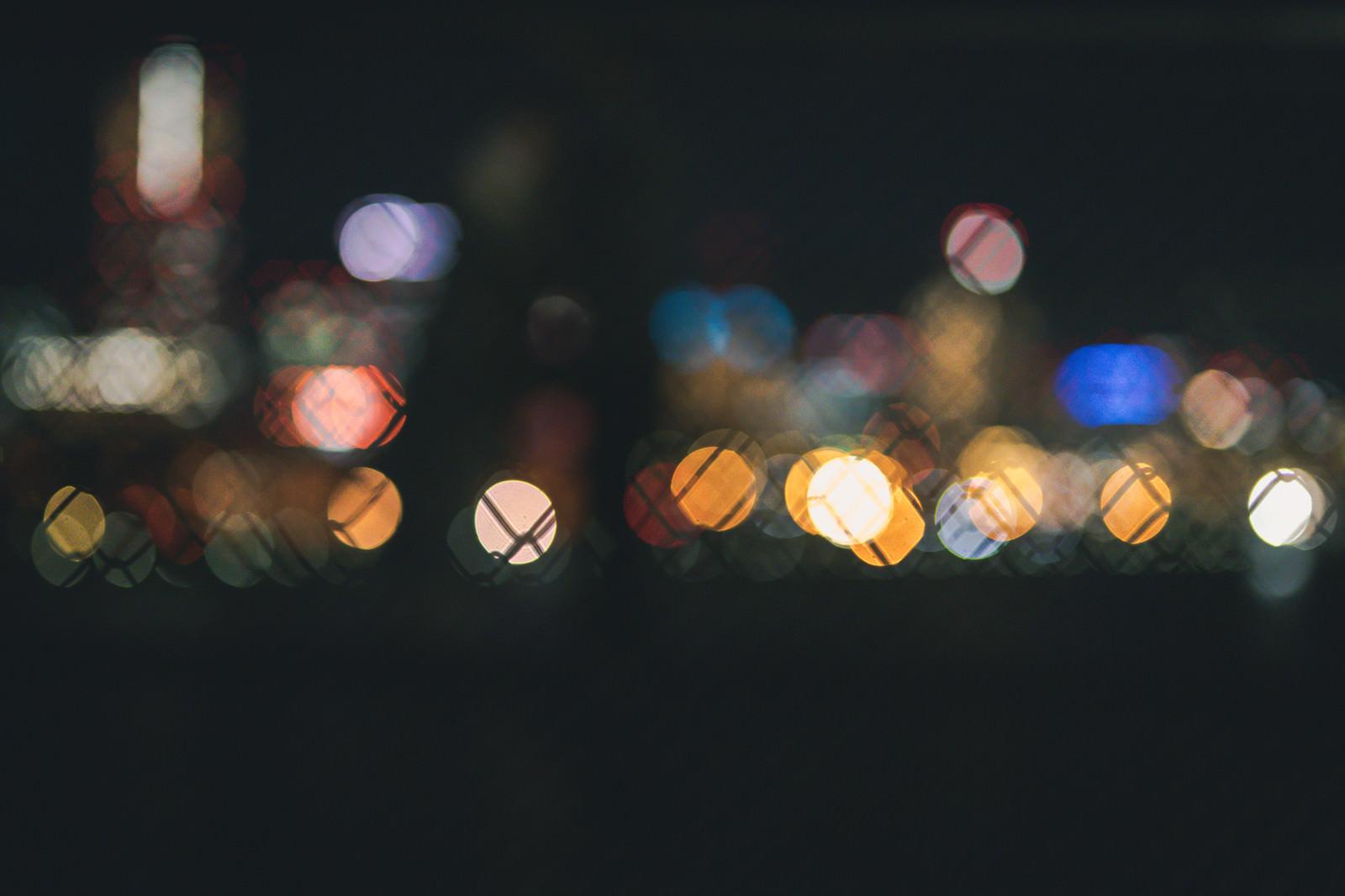 「フェンスの街の灯り」の写真