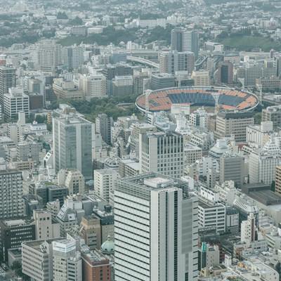 「横浜スタジアムが見える都市風景」の写真素材