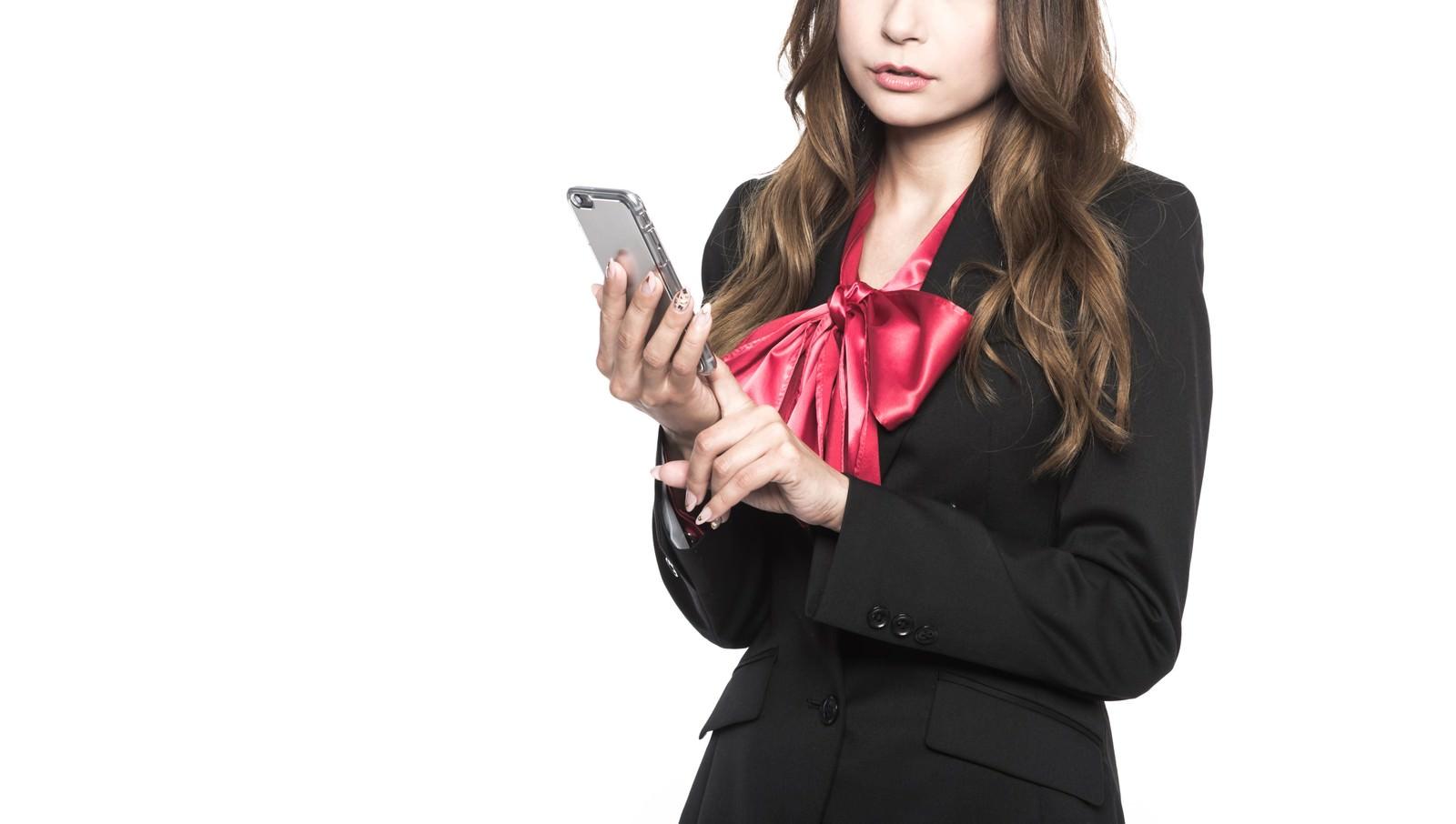 「スマホサイトを見て、新しい美容系サイトのアイデアを思いついた美人Webマーケッター」の写真