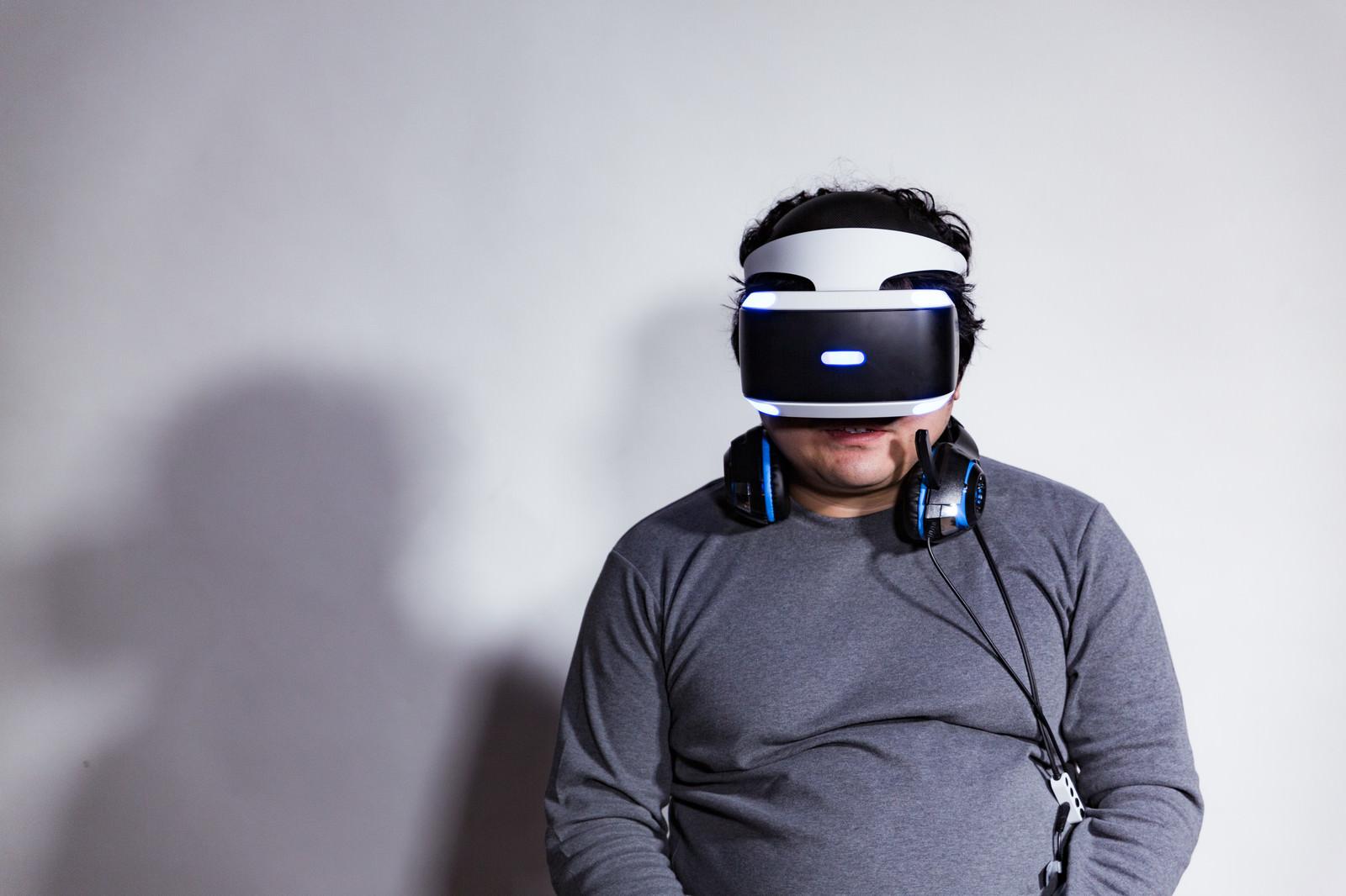 「VR酔して一息ついたところ」の写真[モデル:段田隼人]