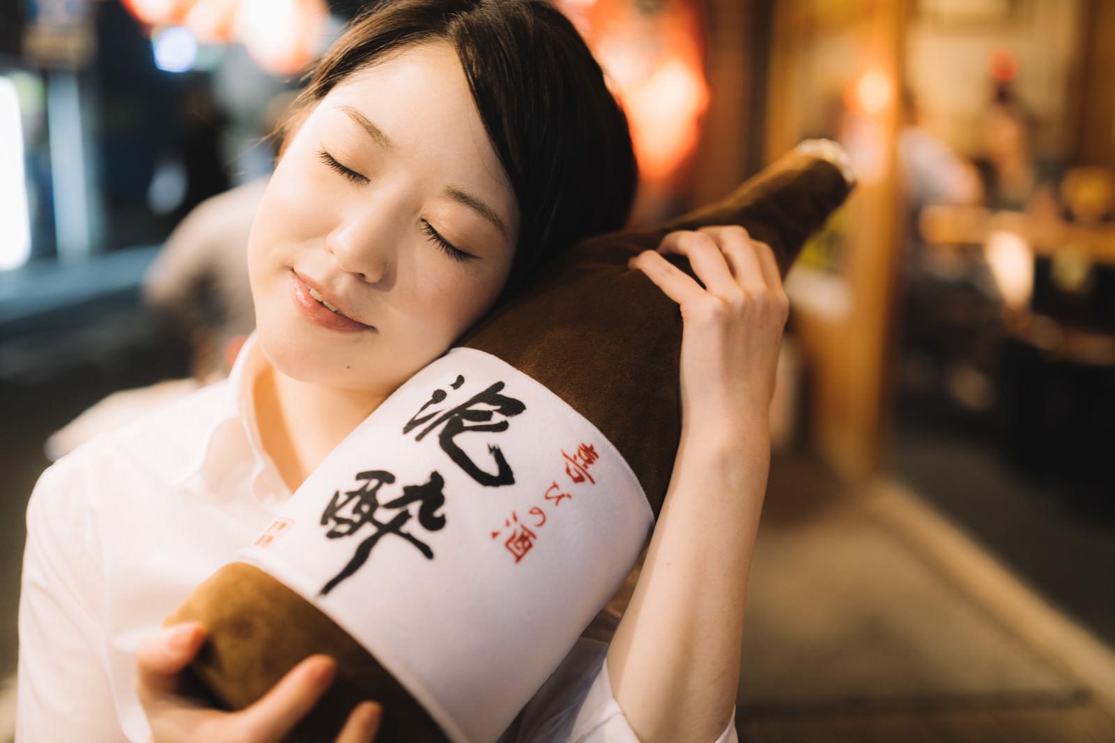 「何よりも一升瓶のお酒が大好きな女性」の写真[モデル:シマヅ]
