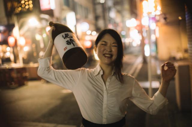 酔っぱらいの女性(路上)の写真