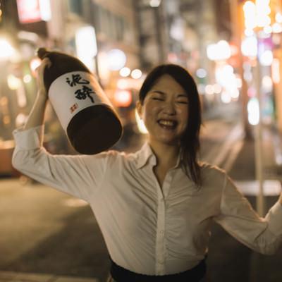 「酔っぱらいの女性(路上)」の写真素材