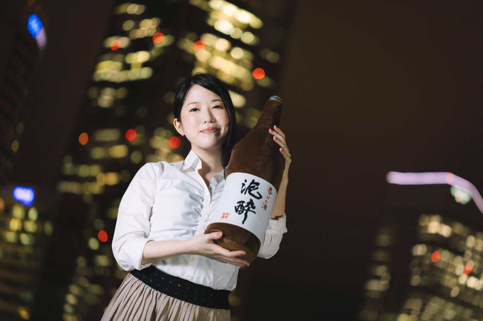 「一升瓶と夜景美女」の写真[モデル:シマヅ]