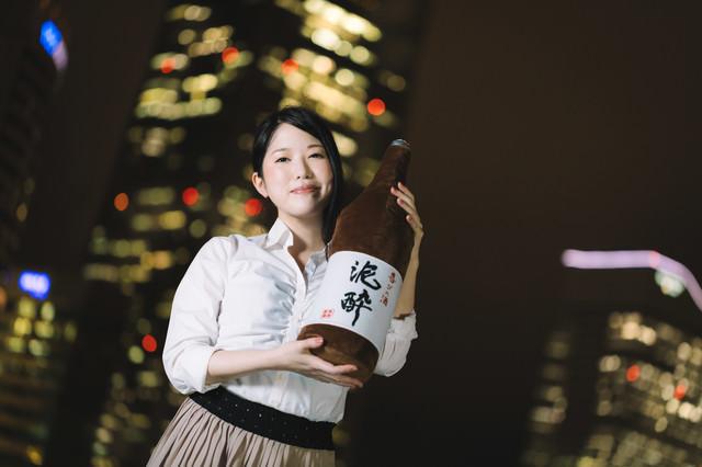 一升瓶と夜景美女の写真