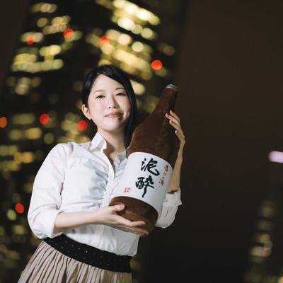 「一升瓶と夜景美女」の写真素材