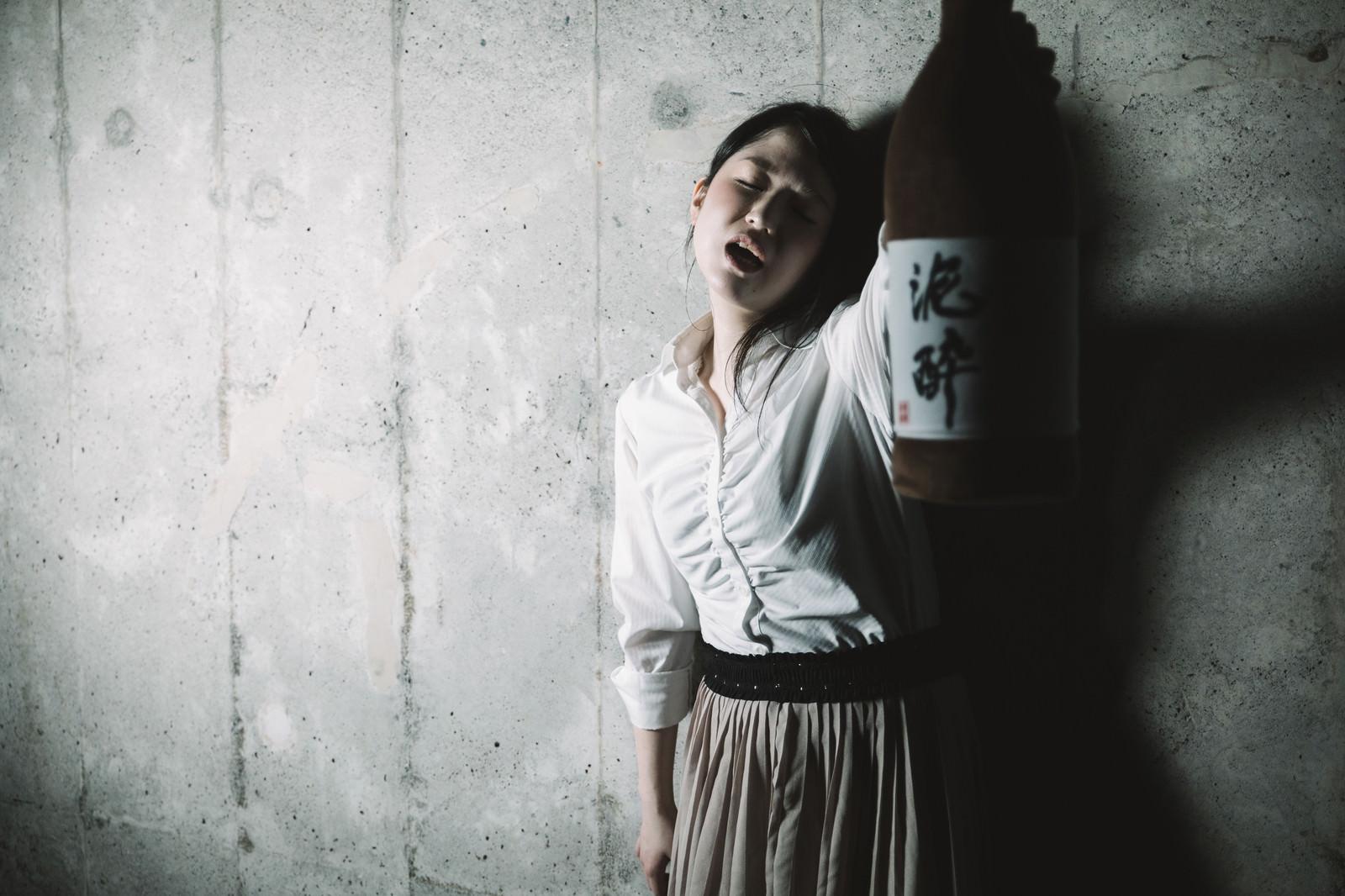 「意味不明な奇声を発する泥酔女子意味不明な奇声を発する泥酔女子」[モデル:シマヅ]のフリー写真素材を拡大