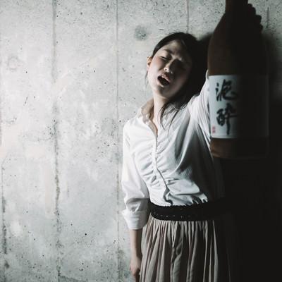 「意味不明な奇声を発する泥酔女子」の写真素材