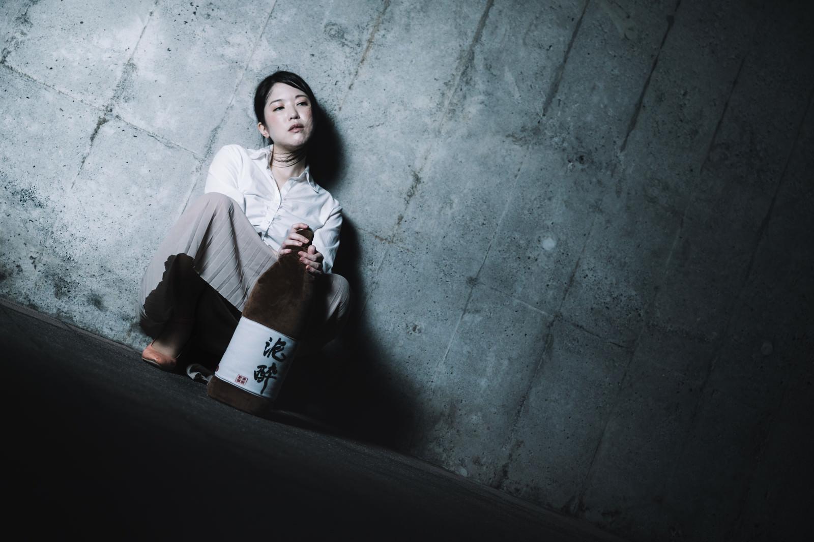「飲み会、いつの間にかひとりぼっちだった」の写真[モデル:シマヅ]
