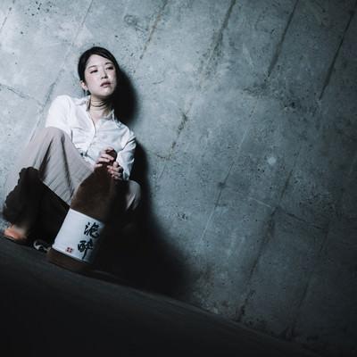 「飲み会、いつの間にかひとりぼっちだった」の写真素材