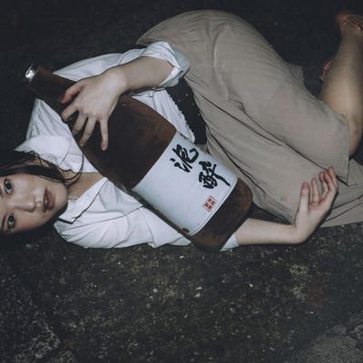 「道端で泥酔し、ふと我に返る女性」の写真素材
