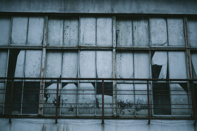 不気味な窓ガラスの写真