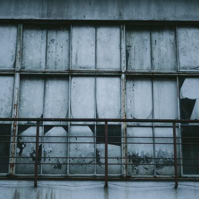 「不気味な窓ガラス」の写真素材