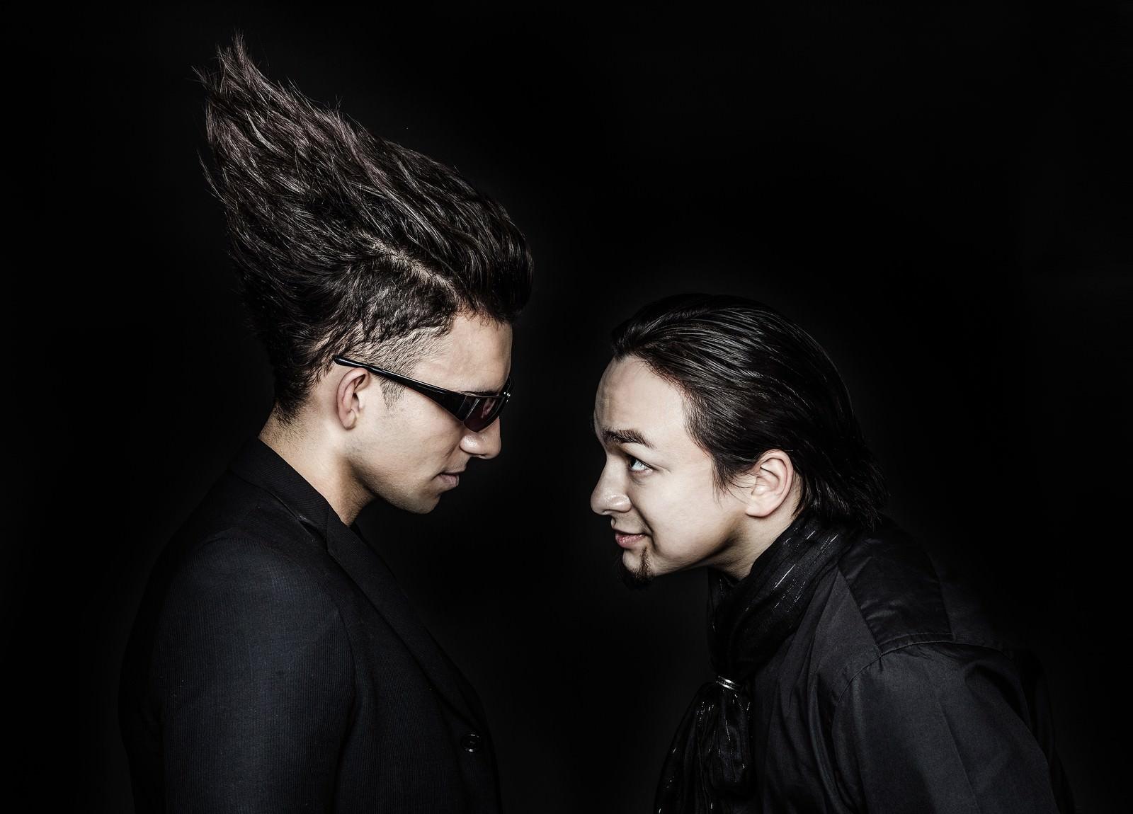 「検索順位のせめぎ合いをリアルに持ち込む同業の二人」の写真[モデル:Max_Ezaki カウアン]