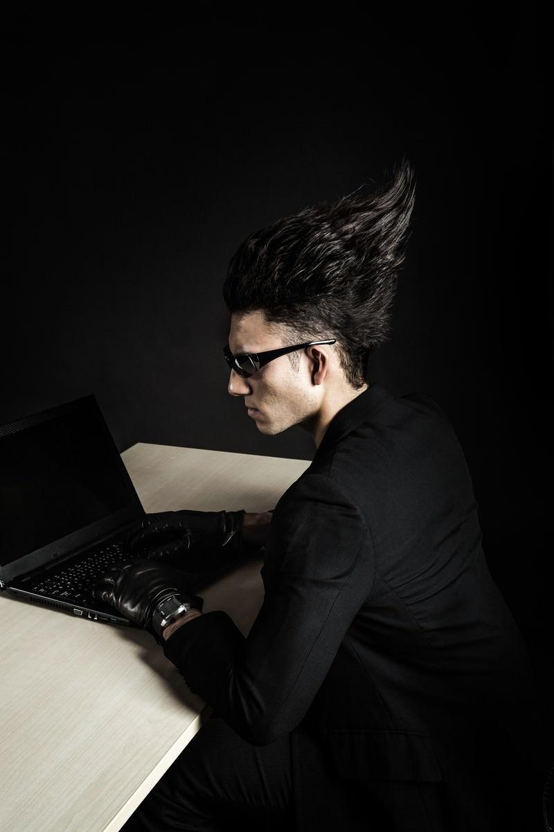 「 PCが落ちても、脳内のエディタでプログラミングを続ける凄腕エンジニア」の写真[モデル:カウアン]
