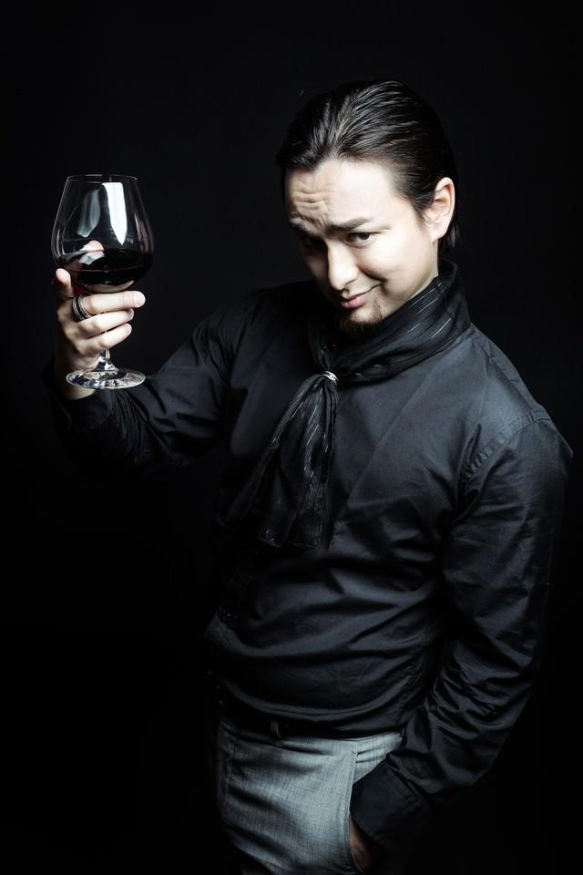 数百万円の有料リンクを販売し、勝利の美酒に酔う悪徳マーケティング業者の写真