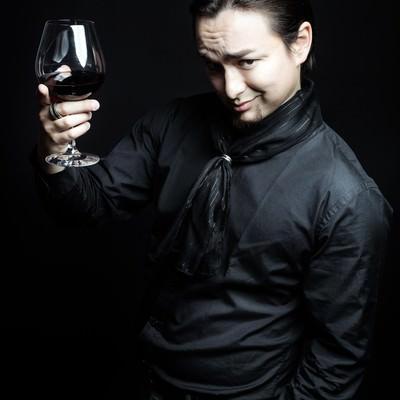 「数百万円の有料リンクを販売し、勝利の美酒に酔う悪徳マーケティング業者」の写真素材