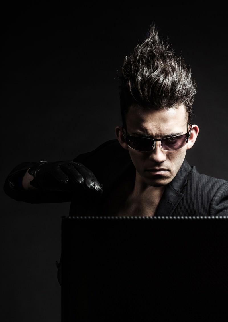 「集中力を研ぎ澄まし、誤植をチェックすると同時にブログの「公開ボタン」を押す」の写真[モデル:カウアン]