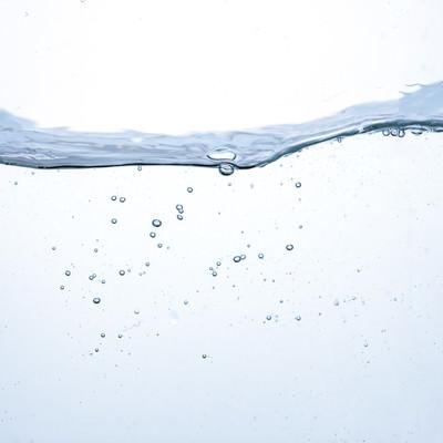 水槽の中の波と水面の写真