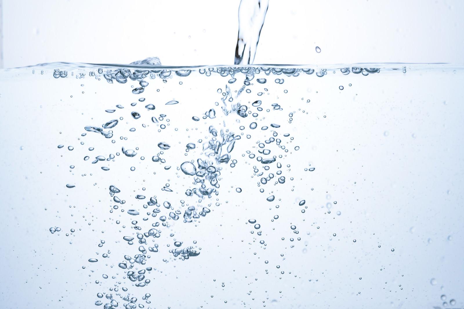 「水を注いだ瞬間の気泡」の写真