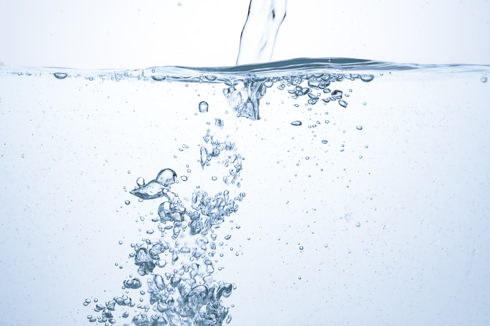 「勢いよく注がれる水と気泡」の写真